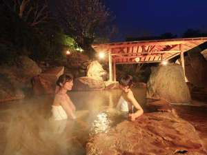 緑水亭ならでは!篝火を灯した幻想的な露天風呂