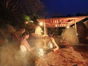 篝火を灯す幻想的な露天風呂