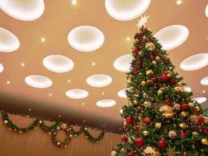 ロビーでは大きなクリスマスツリーが皆様をお迎えします
