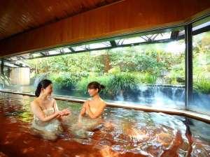 大浴場「滝の湯」。滝をしつらえた庭園を眺めながら湯浴みを愉しむ