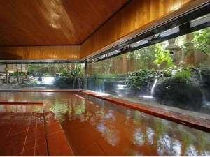 《滝の湯》 滝をしつらえた庭園と湯船の一体感が楽しめる庭園風呂