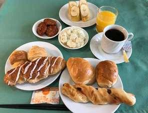 軽朝食の一例です。パンとコーヒーの洋風となっております。