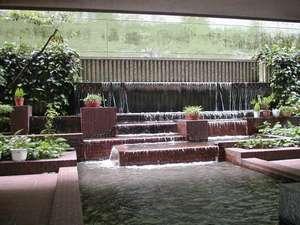 館内テラスには滝が流れています。川には金魚も♪