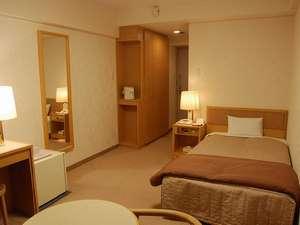 お一人様でもゆっくり。シングルルームとしては近郊ホテルの中でも屈指の広さです。