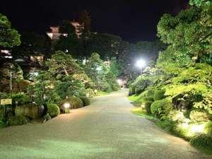 夜の庭園は昼間とは違った雰囲気が楽しめます☆
