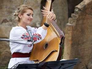 ウクライナの歌姫「カテリーナ」によるバンドゥーラ演奏