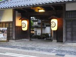 【長屋門】因幡の旧家より移築され、純日本建築の風格と歴史を現在に伝えます。