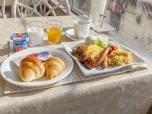 【本館朝食】は洋食バイキングご用意しております(写真:一人盛り例)