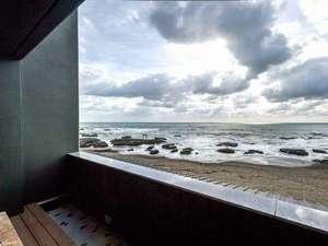 魅力1★日本の渚百選・大洗海岸に立地|波打ち際まで約30mの客室テラスは絶景!潮風に吹かれる別世界へ