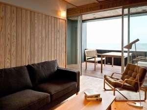 魅力3★檜や杉の無垢板を用いた波打ち際の客室|テラス+リビング+和室またはベッドルームの広々な別荘風