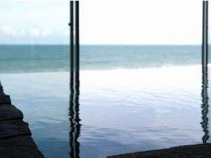 お風呂も魅力★海との一体感を感じるエッジレスデザイン|鎮守の森に湧く御神水を温めた湯が海と重なる