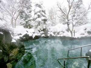 真っ白な雪化粧を眺めながらぽっかぽかの温泉に浸かって体の芯まで温まる。