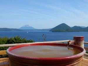 地上32mの天空露天風呂からは美しい洞爺湖に浮かぶ中島、晴れた日にはその向こうに羊蹄山も望めます。