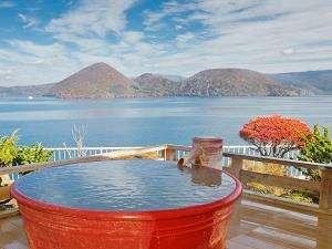 秋の洞爺湖を望む絶景の露天風呂