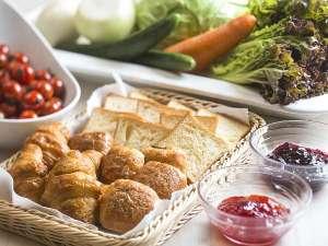 朝食バイキング一例/パン、サラダで一日の活力を♪