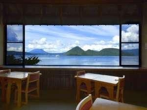 お食事会場からは洞爺湖が一望!美しい景色とともにお食事をお楽しみください。