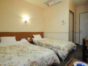 ◆ツインルーム-落ち着いた色調の家具で統一。ゆっくりお過ごしいただけます。