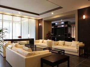2階ロビーは清潔感のある落ち着いた雰囲気。パソコンコーナーもございます。