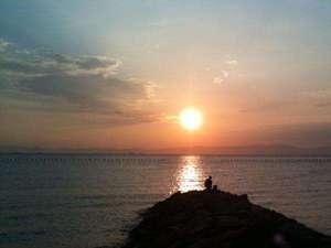 旅館の目の前の海岸の夕日