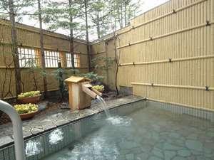【男子露天風呂】川のせせせらぎに包まれ、すぐ裏の源泉から贅沢に100%の名湯をかけ流している
