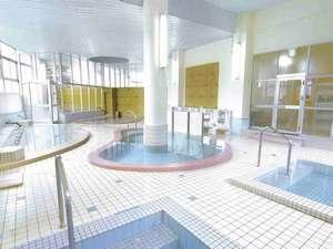 湯元ならではの豊富な湯量が自慢の300㎡大浴場は、源泉100%!もちろん全浴槽かけ流し
