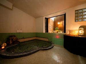貸切家族風呂アロマのローソクにかこまれ、BGMにはヒーリング音楽が流れます。