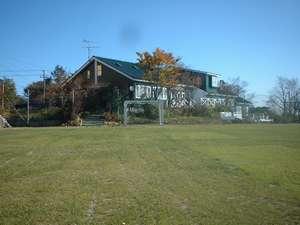 1000坪を越す敷地内には天然芝のフットサルコート2面にバーベキュー場