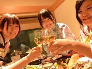 みんなで「乾杯♪」美味しいお酒が揃ってる。秋田は日本酒、ワインも美味しい