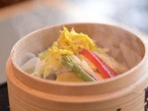 【朝食】旬の地元産野菜が目の前で蒸し上がります。