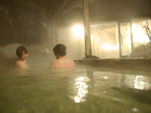【1階 露天風呂】真っ白な雪に囲まれた天然温泉100%露天風呂。希少な冬晴れの夜は星空が広がる