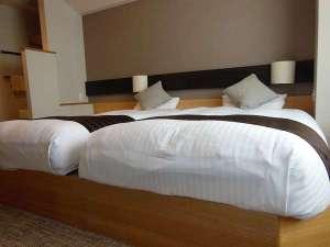 【和モダン客室】寝具同士をくっつけると、ご家族で川の字になれるベットです。