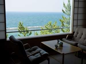 日本海の景色を一望する客室