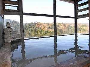 絶景紅葉を一望、展望大浴場
