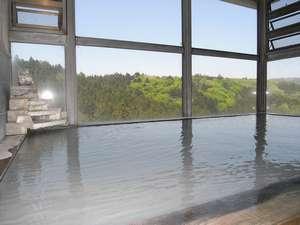 新緑の山々を一望、にごり湯の展望大浴場