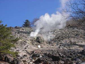 当館の源泉、噴煙上がる硫黄山(徒歩1分)