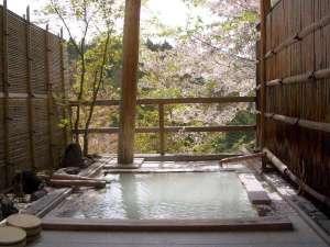 春の自然の山並みを一人占め貸切露天風呂(貸切無料)(桜の見ごろは例年4月中・下旬から5月の上旬)