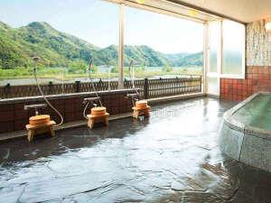 雄大な円山川を望むお風呂は開放感満点