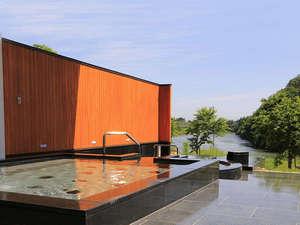 *露天風呂…最上川を眺めながらご入浴頂けます。