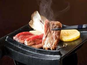 かわら亭名物『国産牛瓦陶板焼』は焼き立てをご賞味ください