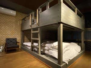 205:シックな内装の部屋と2段ベッド(最大定員6名)