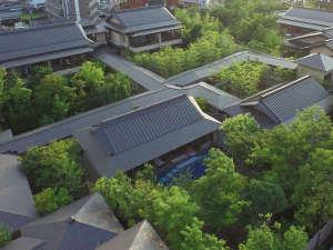 緑豊かな庭園が囲む客室