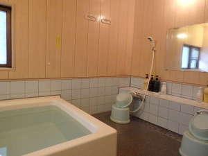 シャワーは2つ、シャンプー・リンス・ボディソープ・メイク落し・フェイスソープがあります