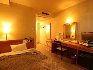【シングルルーム】シングルスタンダードの客室《ゆったり感》のある広さ・120cm幅の広めベッド
