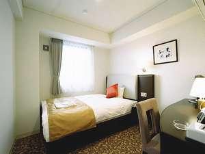 【デラックスシングル】14平米/ベッド幅140cm/大き目のベッドでごゆっくりお休み下さい。
