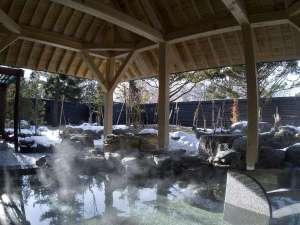 """◆冬の露天風呂/お湯の柔らかさとしっとり感から""""美人の湯""""と呼ばれる支笏湖温泉。冬には雪見露天を。"""