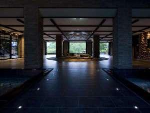 ◆ウエルカムラウンジ(春~秋)/水が奏でる水琴窟の謌がゲストを迎えます。