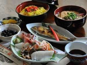 【夕食(一例)】旬の食材を生かしたお料理は、全て女将の手作りです。
