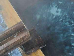 【貸切風呂・檜風呂】源泉100%かけ流しの温泉でリラックスした時間を満喫してください。