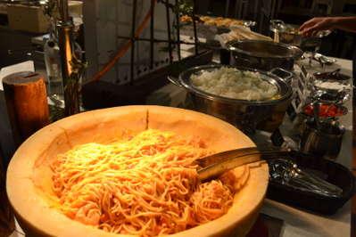 小海老のトマトクリームスパゲッティと牛タンカレーです。