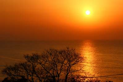 春霞の幻想的な夕日鑑賞は炭平新設のライブラリーで/窓に広がる夕日と ...